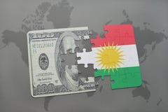 het raadsel met de nationale vlag van Koerdistan en het dollarbankbiljet op een wereld brengen achtergrond in kaart Royalty-vrije Stock Foto