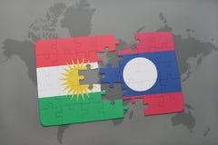 het raadsel met de nationale vlag van Koerdistan en Laos op een wereld brengen achtergrond in kaart Stock Afbeeldingen