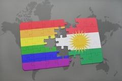 het raadsel met de nationale vlag van Koerdistan en vrolijke regenboogvlag op een wereld brengt achtergrond in kaart Royalty-vrije Stock Afbeeldingen