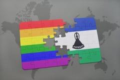 het raadsel met de nationale vlag van Lesotho en vrolijke regenboogvlag op een wereld brengt achtergrond in kaart Stock Fotografie