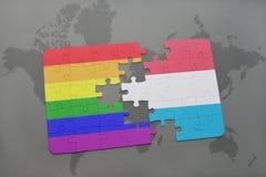 het raadsel met de nationale vlag van Luxemburg en vrolijke regenboogvlag op een wereld brengt achtergrond in kaart Royalty-vrije Stock Afbeelding