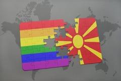 het raadsel met de nationale vlag van Macedonië en vrolijke regenboogvlag op een wereld brengt achtergrond in kaart Royalty-vrije Stock Afbeeldingen