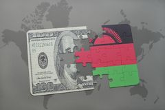 het raadsel met de nationale vlag van Malawi en het dollarbankbiljet op een wereld brengen achtergrond in kaart Stock Afbeeldingen