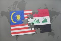 het raadsel met de nationale vlag van Maleisië en Irak op een wereld brengen achtergrond in kaart Stock Foto's