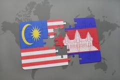 het raadsel met de nationale vlag van Maleisië en Kambodja op een wereld brengen achtergrond in kaart Royalty-vrije Stock Afbeelding