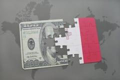 het raadsel met de nationale vlag van Malta en het dollarbankbiljet op een wereld brengen achtergrond in kaart Stock Foto's
