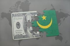 het raadsel met de nationale vlag van Mauretanië en het dollarbankbiljet op een wereld brengen achtergrond in kaart Stock Foto's
