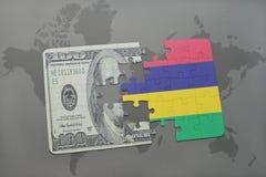het raadsel met de nationale vlag van Mauritius en het dollarbankbiljet op een wereld brengen achtergrond in kaart Stock Afbeeldingen