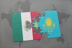 het raadsel met de nationale vlag van Mexico en Kazachstan op een wereld brengen achtergrond in kaart Stock Foto's