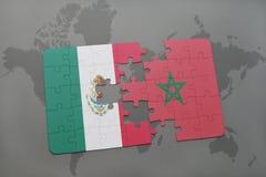 het raadsel met de nationale vlag van Mexico en Marokko op een wereld brengen achtergrond in kaart Stock Foto