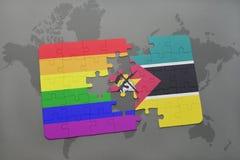 het raadsel met de nationale vlag van Mozambique en vrolijke regenboogvlag op een wereld brengt achtergrond in kaart Stock Afbeeldingen