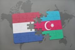 het raadsel met de nationale vlag van Nederland en azerbaijan op een wereld brengen achtergrond in kaart Royalty-vrije Stock Foto's