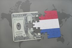 het raadsel met de nationale vlag van Nederland en het dollarbankbiljet op een wereld brengen achtergrond in kaart Stock Afbeeldingen