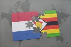 het raadsel met de nationale vlag van Nederland en Zimbabwe op een wereld brengen achtergrond in kaart Stock Afbeeldingen