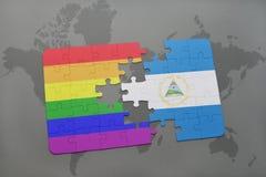 het raadsel met de nationale vlag van Nicaragua en vrolijke regenboogvlag op een wereld brengt achtergrond in kaart Royalty-vrije Stock Afbeelding