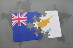 het raadsel met de nationale vlag van Nieuw Zeeland en Cyprus op een wereld brengen achtergrond in kaart Stock Foto