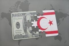 het raadsel met de nationale vlag van noordelijk Cyprus en het dollarbankbiljet op een wereld brengen achtergrond in kaart Royalty-vrije Stock Foto's