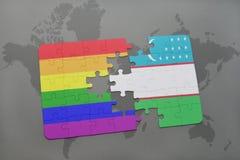 het raadsel met de nationale vlag van Oezbekistan en vrolijke regenboogvlag op een wereld brengt achtergrond in kaart Stock Fotografie