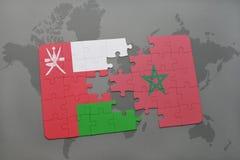 het raadsel met de nationale vlag van Oman en Marokko op een wereld brengen achtergrond in kaart Stock Afbeeldingen