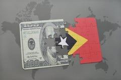 het raadsel met de nationale vlag van Oost-Timor en het dollarbankbiljet op een wereld brengen achtergrond in kaart Stock Afbeeldingen