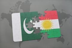het raadsel met de nationale vlag van Pakistan en Koerdistan op een wereld brengen achtergrond in kaart Stock Fotografie