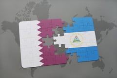 het raadsel met de nationale vlag van Qatar en Nicaragua op een wereld brengen achtergrond in kaart Stock Afbeeldingen