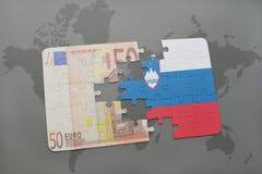 het raadsel met de nationale vlag van Slovenië en het euro bankbiljet op een wereld brengen achtergrond in kaart Stock Afbeeldingen