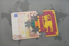 het raadsel met de nationale vlag van Sri Lanka en het euro bankbiljet op een wereld brengen achtergrond in kaart Stock Fotografie