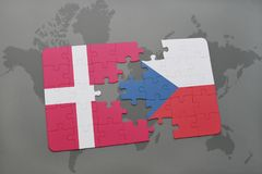 het raadsel met de nationale vlag van de Tsjechische republiek van Denemarken en op een wereld brengt achtergrond in kaart Stock Foto