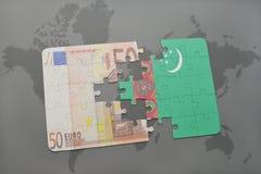het raadsel met de nationale vlag van turkmenistan en het euro bankbiljet op een wereld brengen achtergrond in kaart Stock Foto's