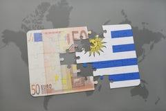 het raadsel met de nationale vlag van Uruguay en het euro bankbiljet op een wereld brengen achtergrond in kaart Stock Foto's