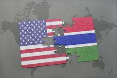 het raadsel met de nationale vlag van de Verenigde Staten van Amerika en Gambia op een wereld brengen achtergrond in kaart Stock Foto's