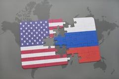 Het raadsel met de nationale vlag van de Verenigde Staten van Amerika en Rusland op een wereld brengen achtergrond in kaart stock afbeeldingen