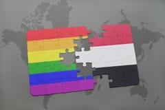 het raadsel met de nationale vlag van Yemen en vrolijke regenboogvlag op een wereld brengt achtergrond in kaart Stock Fotografie