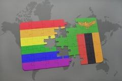het raadsel met de nationale vlag van Zambia en vrolijke regenboogvlag op een wereld brengt achtergrond in kaart Royalty-vrije Stock Foto's