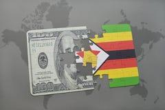 het raadsel met de nationale vlag van Zimbabwe en het dollarbankbiljet op een wereld brengen achtergrond in kaart Stock Foto's