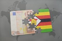 het raadsel met de nationale vlag van Zimbabwe en het euro bankbiljet op een wereld brengen achtergrond in kaart Stock Foto's