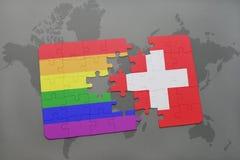 het raadsel met de nationale vlag van Zwitserland en vrolijke regenboogvlag op een wereld brengt achtergrond in kaart Royalty-vrije Stock Fotografie