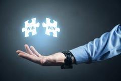 Het raadsel van de mensenholding Win-Win Bedrijfs concept stock fotografie