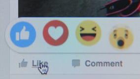 Het raken aan het pictogram als in Facebook-plaats - sluit omhoog stock footage