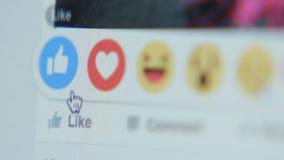 Het raken aan het pictogram als in Facebook - sluit omhoog, kant stock footage