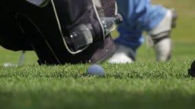 Het raken van een golfbal stock footage