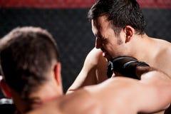 Het raken van een rivaal tijdens een MMA-strijd stock fotografie