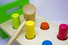 Het raken van gekleurd stuk speelgoed Royalty-vrije Stock Foto's