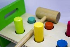 Het raken van gekleurd stuk speelgoed Royalty-vrije Stock Foto