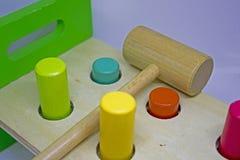 Het raken van gekleurd stuk speelgoed Stock Foto's