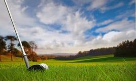Het raken van golfbal op fairway stock afbeeldingen