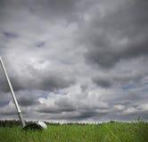 Het raken van golfbal op fairway royalty-vrije stock afbeelding