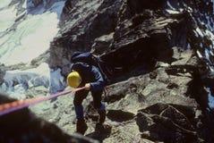 Het rappelling van de klimmer stock foto