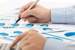 Het rapport van de bedrijfsgrafiekanalyse royalty-vrije stock afbeeldingen